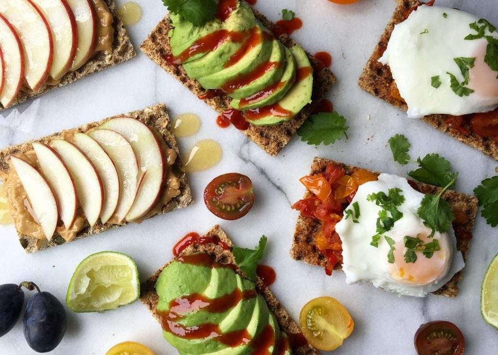 Low carb crackers with avocado